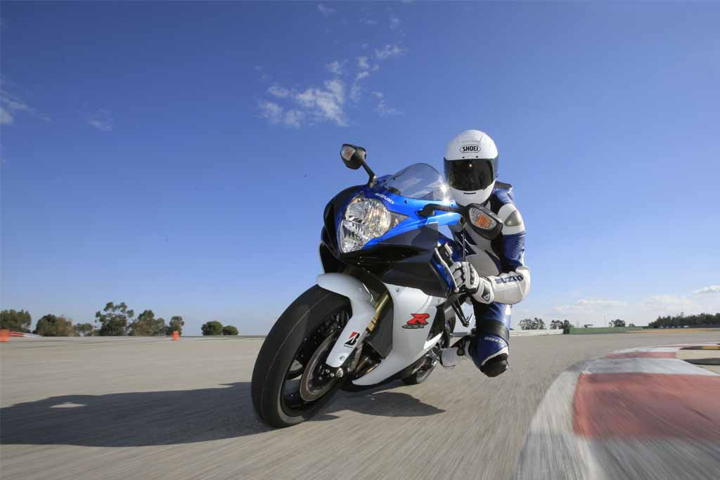 Suzuki-GSX-R750-In-Action-2